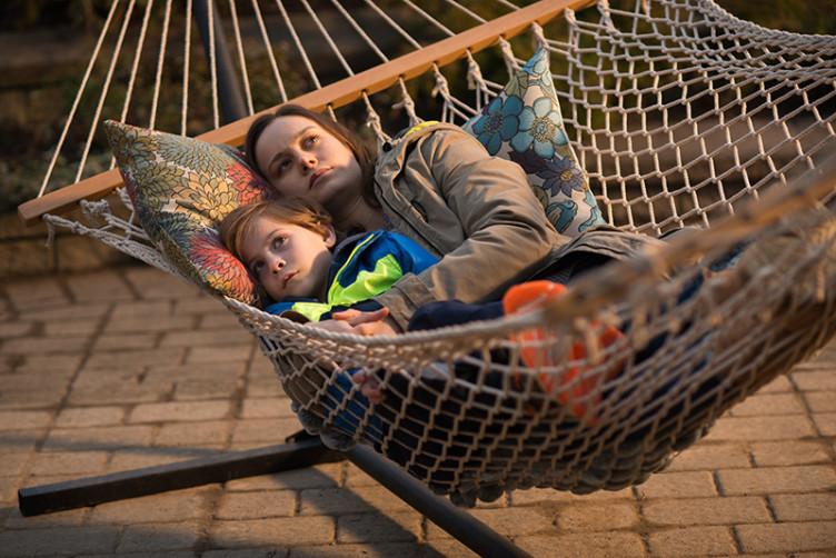 Im grenzenlosen Draußen angekommen, müssen Mutter und Sohn ein neues Leben beginnen.