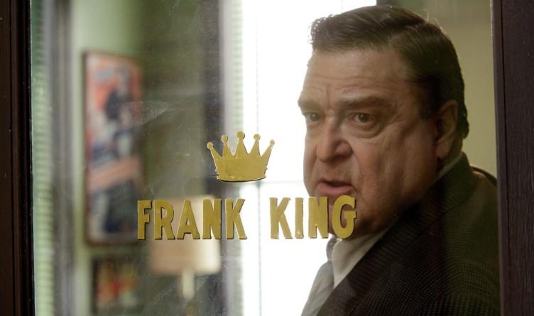 Frank King (gespielt von John Goodman) lässt Trumbo unter einem Pseudonym arbeiten.