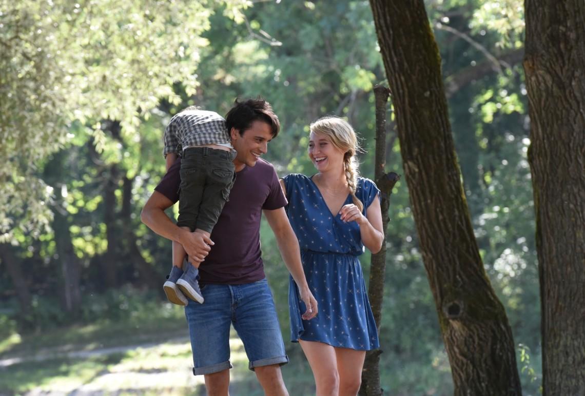 Sali (Kostja Ullmann ) mit Laura (Anna Maria Mühe) und ihrem Sohn.