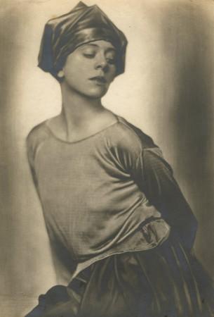 Trude Fleischmann: Die Schauspielerin und Tänzerin Lucy Kieselhausen in einem Phantasiekostüm, um 1925