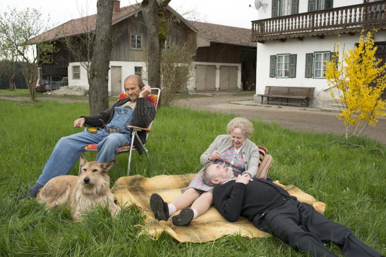 Vater Eberhofer (Eisi Gulp, l.) kann mit der frisch verliebten Oma Eberhofer (Enzi Fuchs, m.) wenig anfangen.