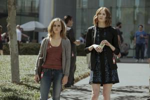 Mae (Emma Watson) und Annie (Karen Gillan) auf dem Circle Campus